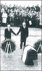 Le Président français François Mitterrand et le Chancelier allemand Helmut Kohl à Verdun en 1984