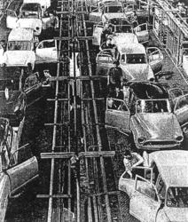 Une chaîne de montage des usines SIMCA, à Poissy, en 1960