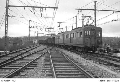 Un train de marchandises tracté par deux locomotives électriques - illustration 1